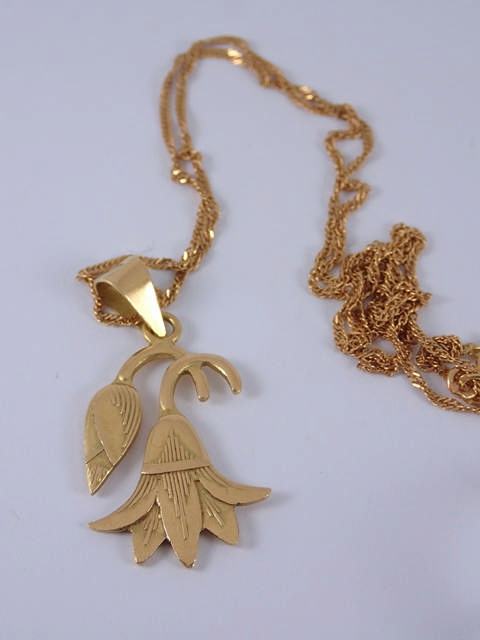 An 18ct gold pendant & chain