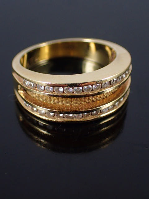 A diamond set 18kt ring approx. 8.4 grams