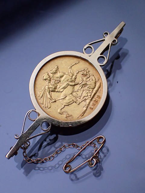 A sovereign set gold brooch approx. 11.5 grams
