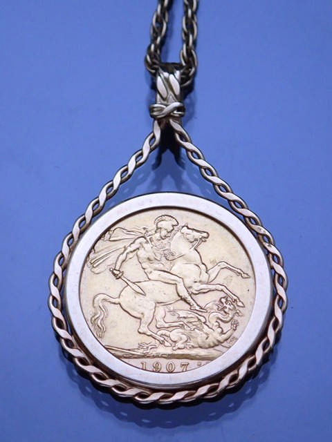 A sovereign pendant on chain approx. 15.6g