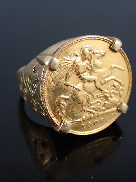 A half sovereign ring, approx. 9.6 grams