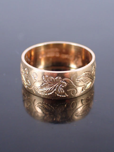 An engraved gold band ring approx. 4.1 grams