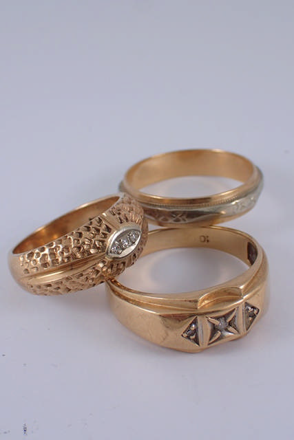 Three gold rings approx. 12.7 grams
