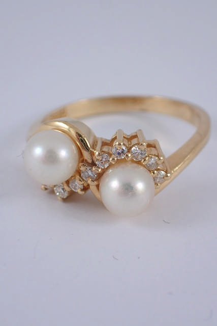 A diamond & pearl set 14kt gold ring approx. 3.5g
