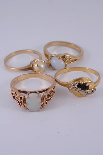 Four gold rings approx. 9.2 grams
