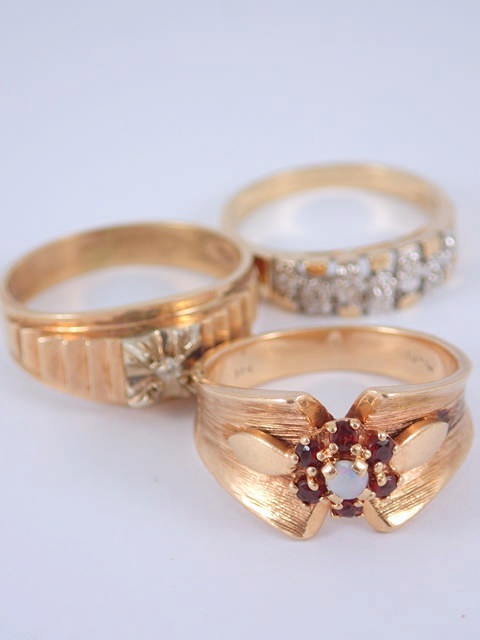 Three gold rings approx. 13g, one marked 14kt