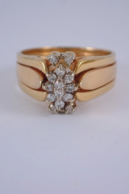 A diamond cluster ring approx. 5 grams