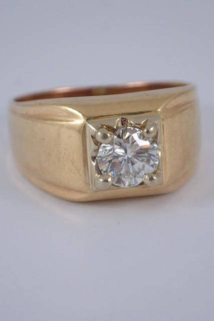 A diamond set gold ring approx. 7 grams