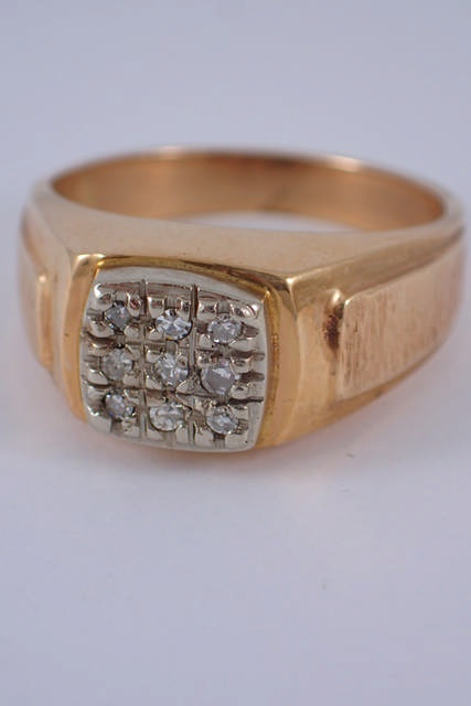 A diamond cluster ring approx. 7.7 grams