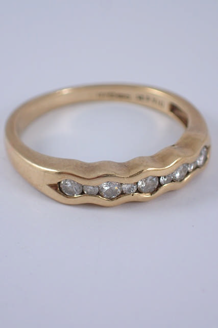 A diamond half eternity ring approx. 2.4 grams