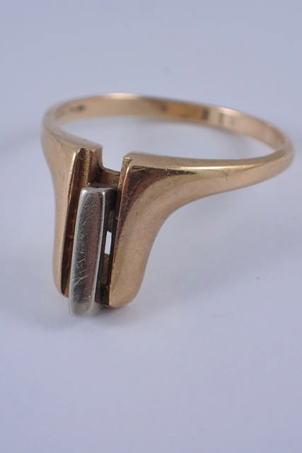 A 9ct gold ring approx. 3.7 grams
