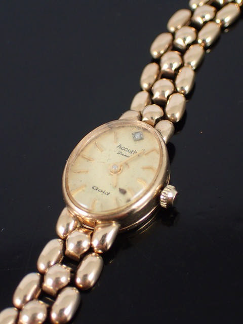 A lady's 9ct gold watch