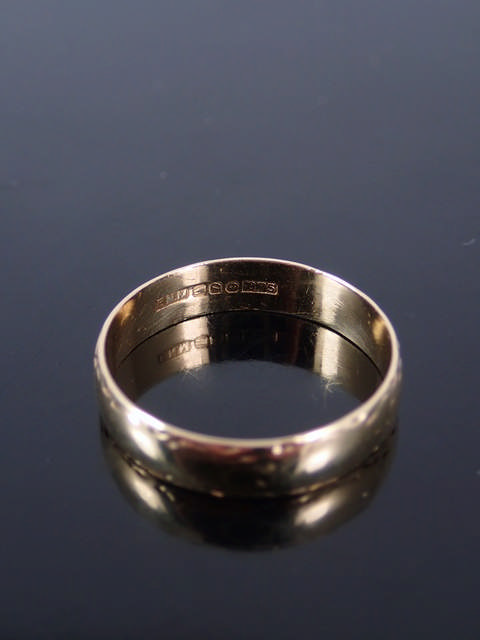 A 9ct gold wedding band