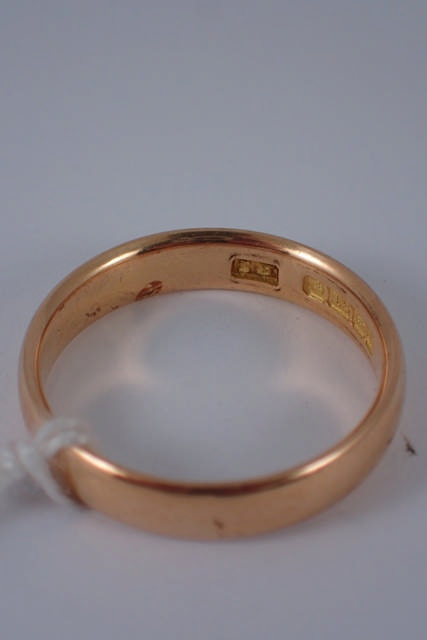 An 18ct gold wedding ring