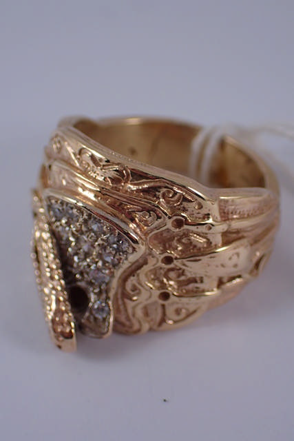 A 9ct gold saddle ring