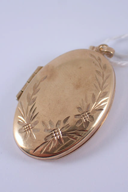 A 9ct gold locket