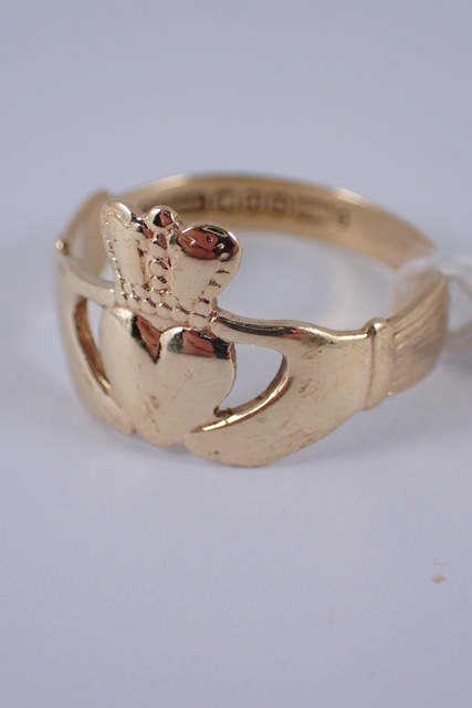 A 9ct gold claddagh ring