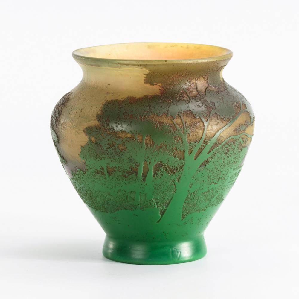 Jugendstil-Vase mit Landschaftsdekor.
