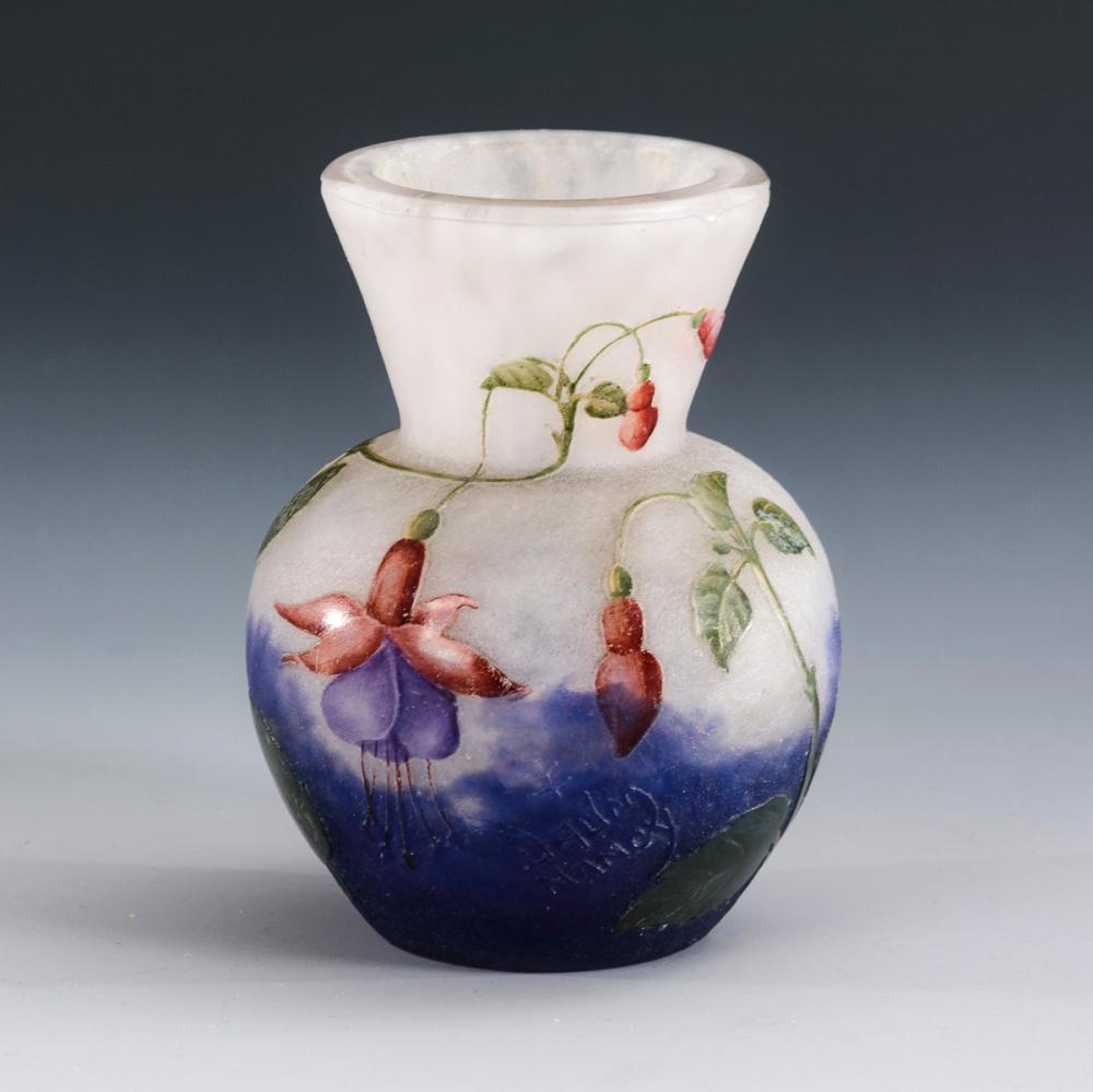 Jugendstil-Vase mit Fuchsiendekor. Daum.