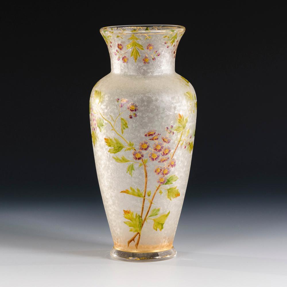 Jugendstil-Vase mit Blumendekor. Baccarat.
