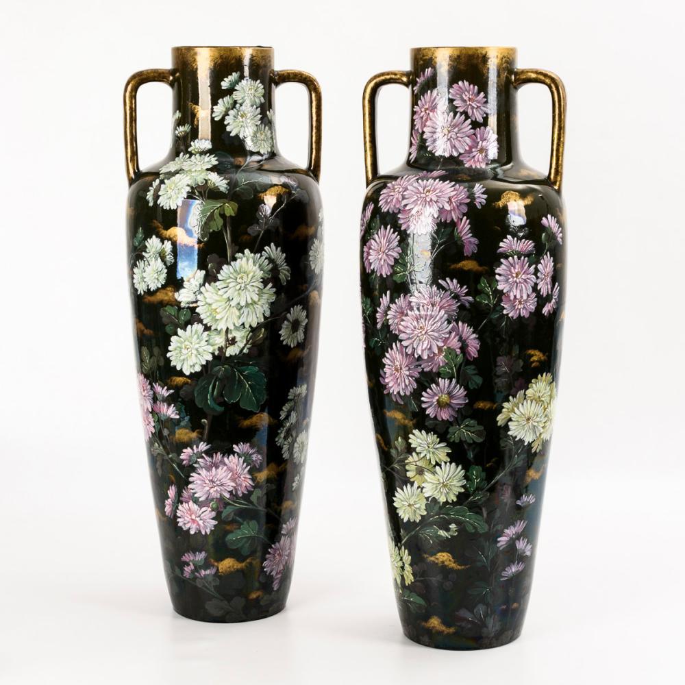 Paar Jugendstil-Bodenvasen mit bunten Herbstastern. Aus dem Inventar Schloss Baden. Clément Massier