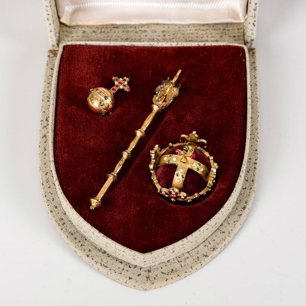Miniatur der böhmischen Kronjuwelen im Originaletui.