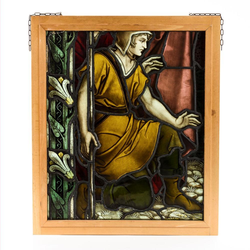 Gerahmtes Bleiglasfenster: Kniender junger Mann.