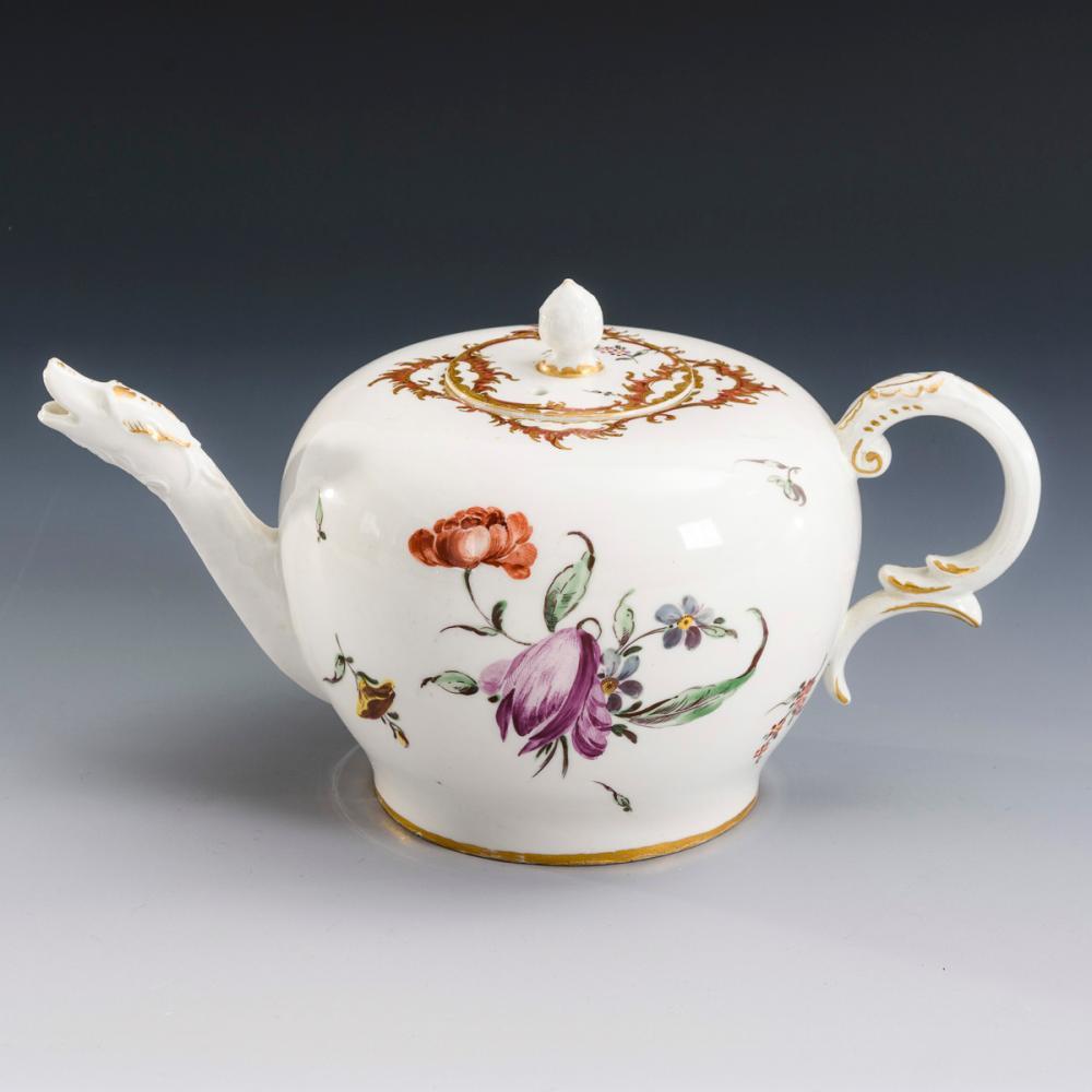 Teekännchen mit Blumenmalerei. Nymphenburg.