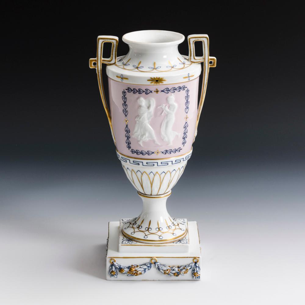 Jugendstil-Vase mit Pâte-sur-Pâte-Dekor. ENS.