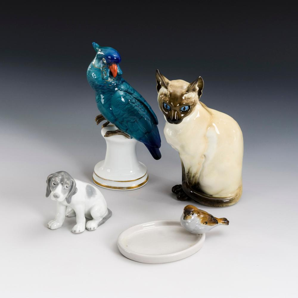 Katze, Papagei, Hund und Spatz auf Schälchen.