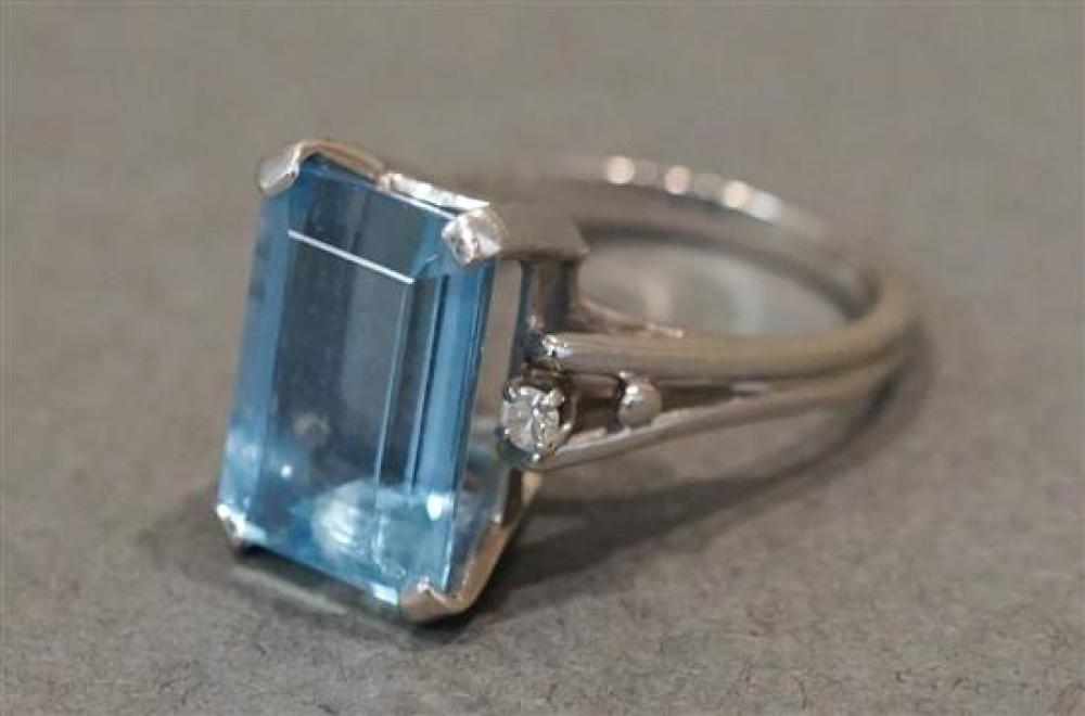 14 Karat White Gold, Aquamarine and Twin Diamond Ring, 3 gross dwt, Aquamarine approx 4.40 carats