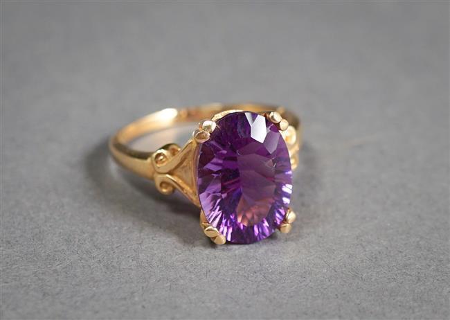 14-Karat Yellow-Gold Amethyst Ring (amethyst approx 4.65 carats), Size: 8-3/4; 3 gross dwt