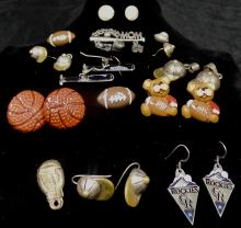 SMALL GRAB BAG OF MISC SPORTS COSTUME JEWELRY ITEMS - PINS, EARRINGS AND PENDANTS WEIGHS 2.6 OZ