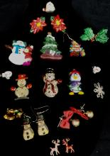 SMALL GRAB BAG OF CHRISTMAS COSTUME JEWELRY INCLUDING EARRINGS AND OTHER ITEMS