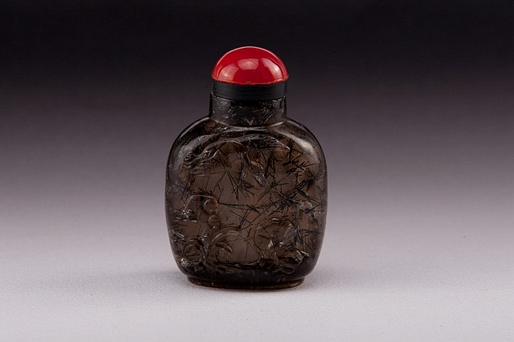 A carved crystal snuff bottle - 19TH CENTURY