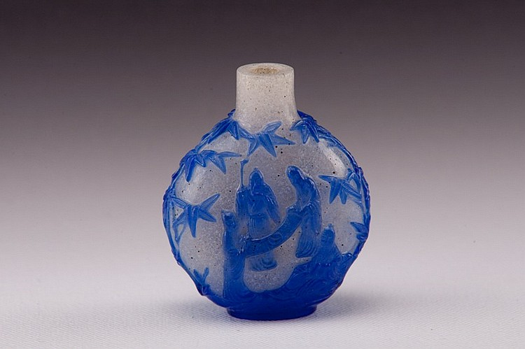 A blue overlay white glass snuff bottle - EARLY 20TH CENTURY