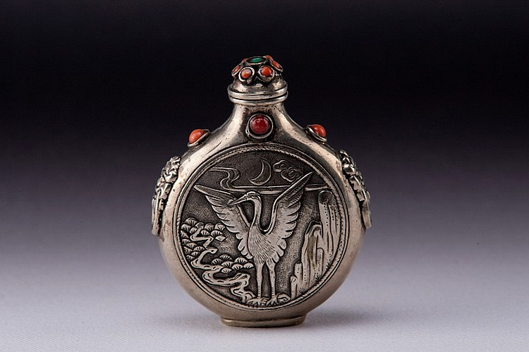 A carved silver snuff bottle - 19TH CENTURY