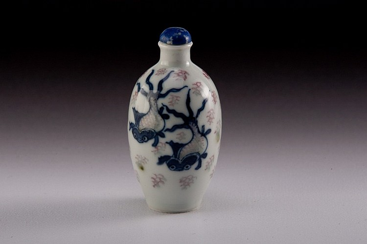 A blue-white -iron-red snuff bottle - 19TH CENTURY
