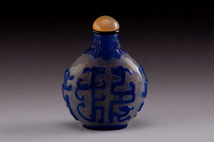 A blue overlay white glass snuff bottle - 19TH CENTURY