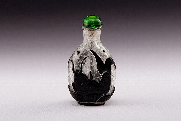 A black overlay white glass snuff bottle - 19TH CENTURY