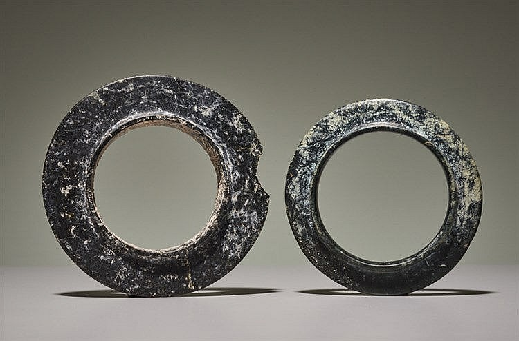 PAIR OF COLLARED YUAN RINGS