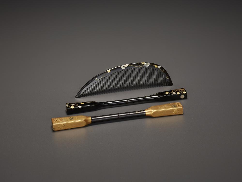 A LACQUERED KOGAI AND A COMB